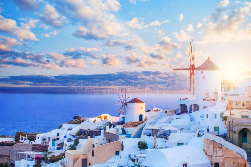 Orizzonte di Santorini Bello paesaggio di Santorini contro cielo blu con le nuvole Città di OIA, punto di riferimento della Greci fotografia stock