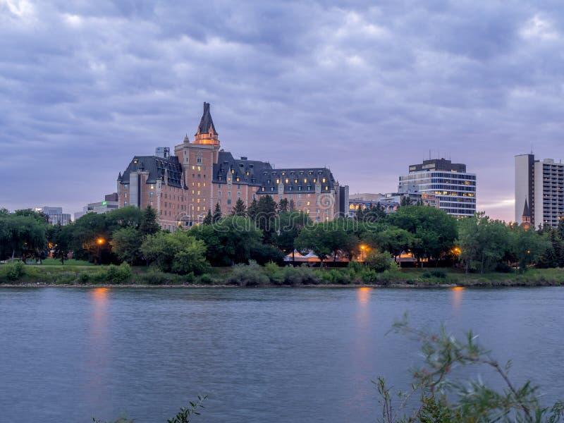 Orizzonte di Saskatoon alla notte fotografia stock