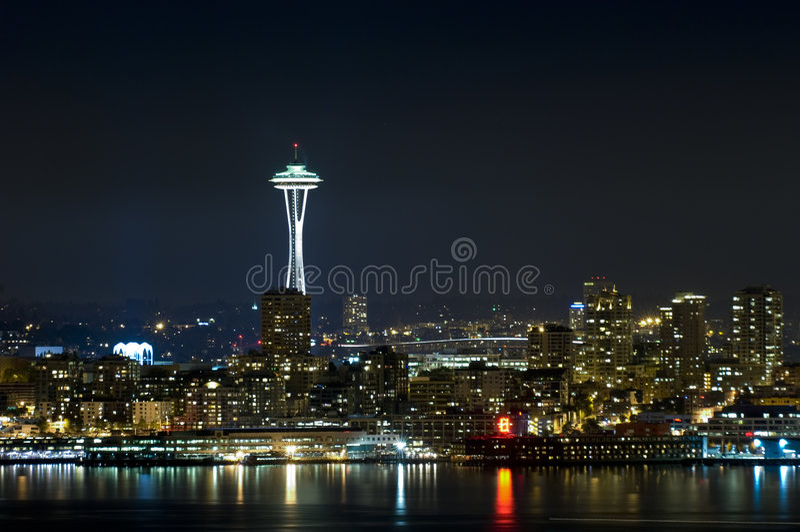 Orizzonte di Seattle alla notte fotografia stock libera da diritti