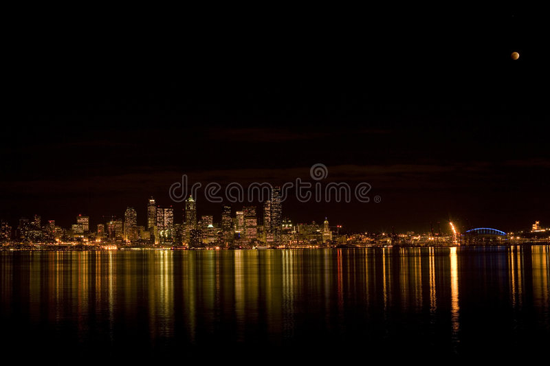 Orizzonte di Seattle con l'eclipse fotografia stock