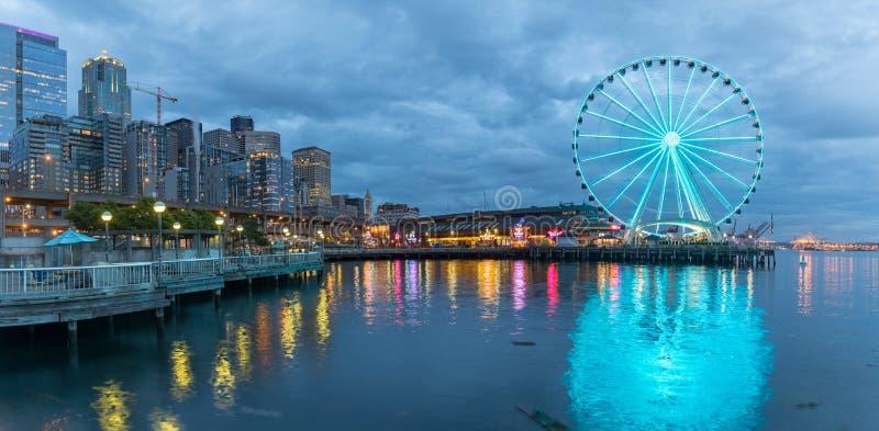 Orizzonte di Seattle, lungomare e grande ruota immagine stock