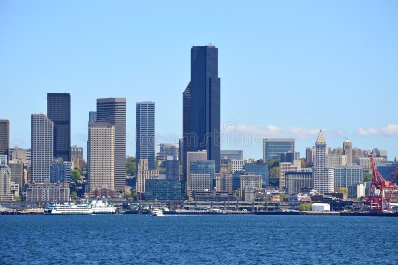 Orizzonte di Seattle preso dal traghetto dell'isola di Bainbridge fotografia stock libera da diritti