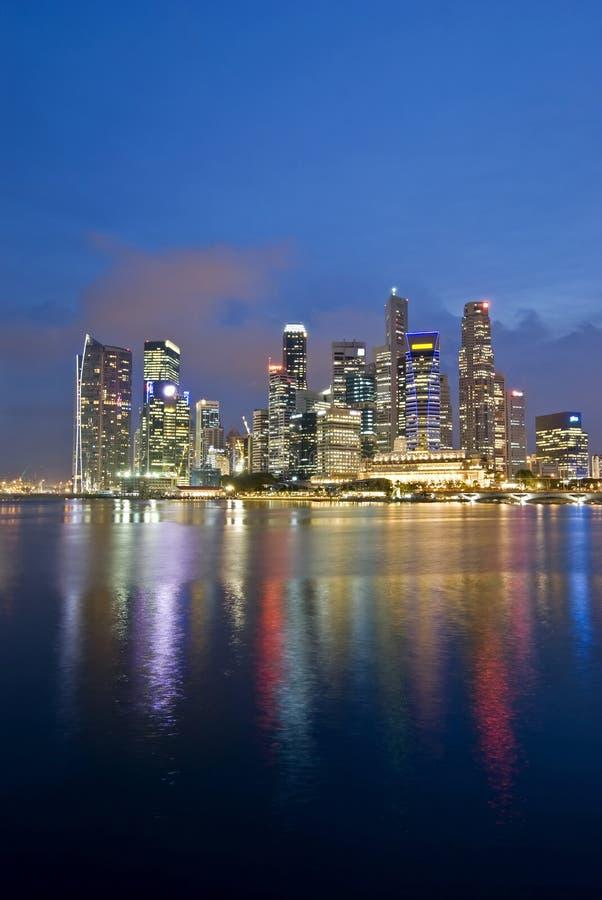 Orizzonte di sera della città di Singapore immagini stock