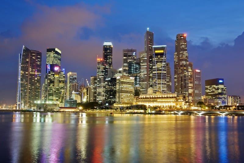 Orizzonte di sera della città di Singapore immagine stock
