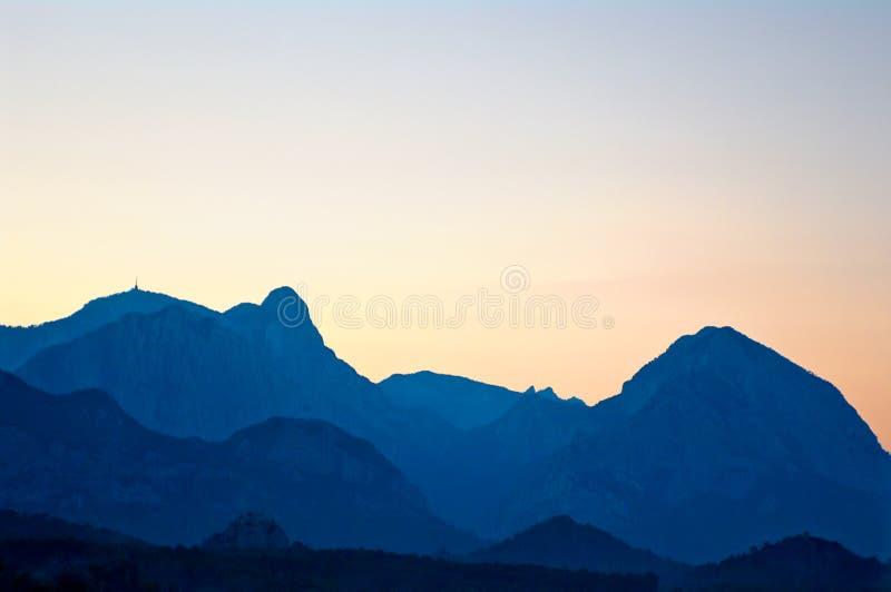 Orizzonte di sera delle montagne fotografie stock libere da diritti