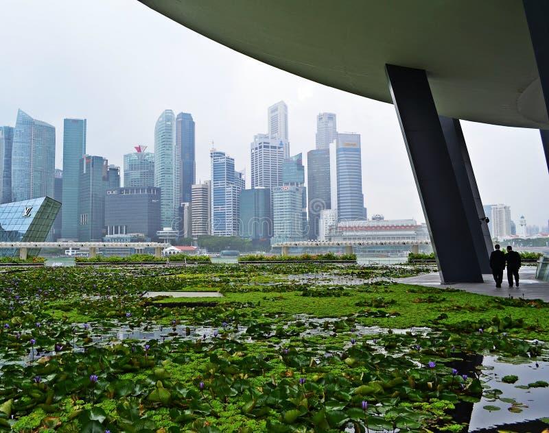 Orizzonte di Singapore con una camminata di due uomini d'affari immagine stock
