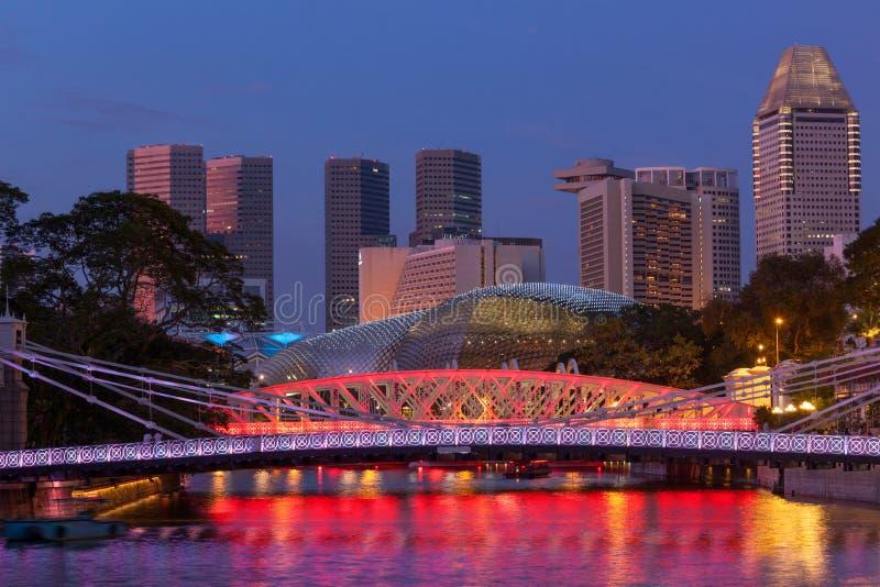 Orizzonte di Singapore e ponticello di Cavenagh fotografie stock