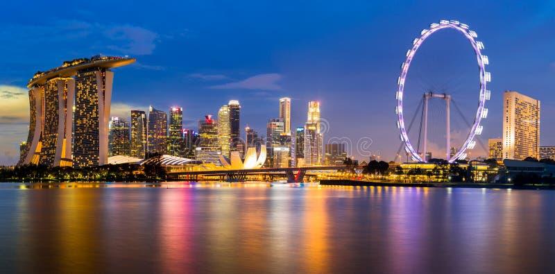 Orizzonte di Singapore e punto di vista di Marina Bay al crepuscolo immagini stock libere da diritti