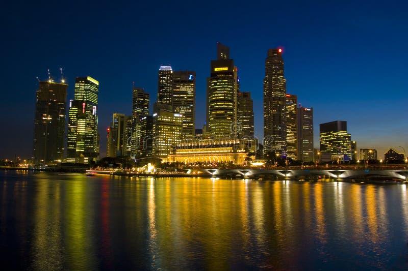 Orizzonte di Singapore entro Night fotografie stock libere da diritti