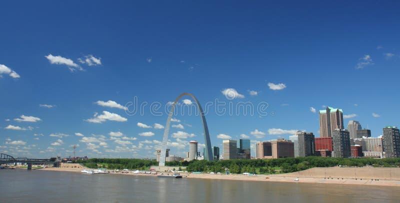 Orizzonte di St. Louis panoramico fotografia stock libera da diritti