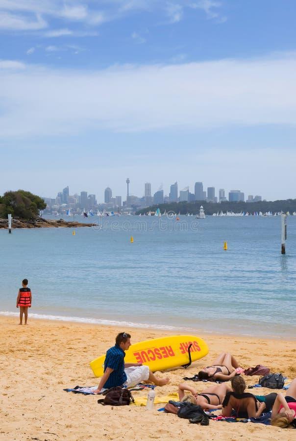 Orizzonte di Sydney dalla baia del Watson fotografie stock