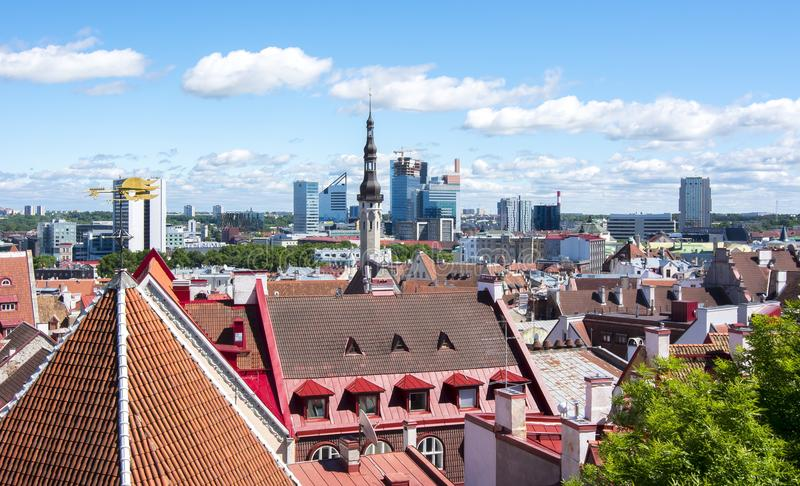 Orizzonte di Tallinn e del centro, Estonia immagine stock