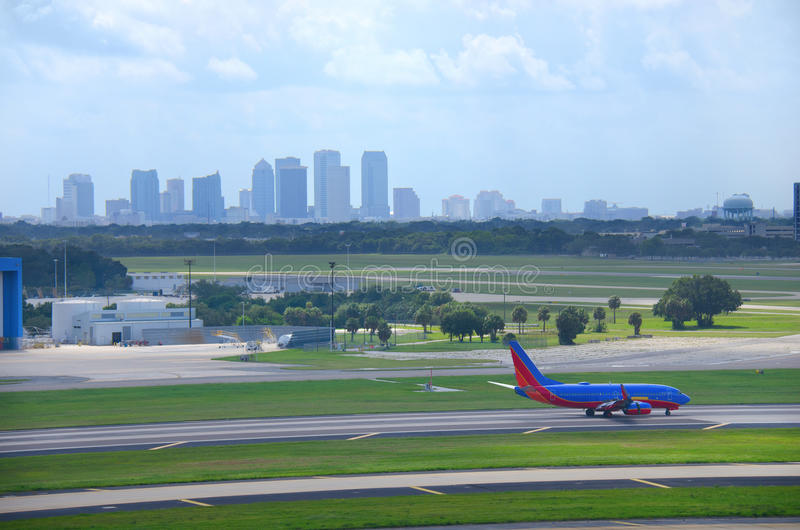 Orizzonte di Tampa con l'aereo all'aeroporto di Tampa Int'l fotografia stock libera da diritti
