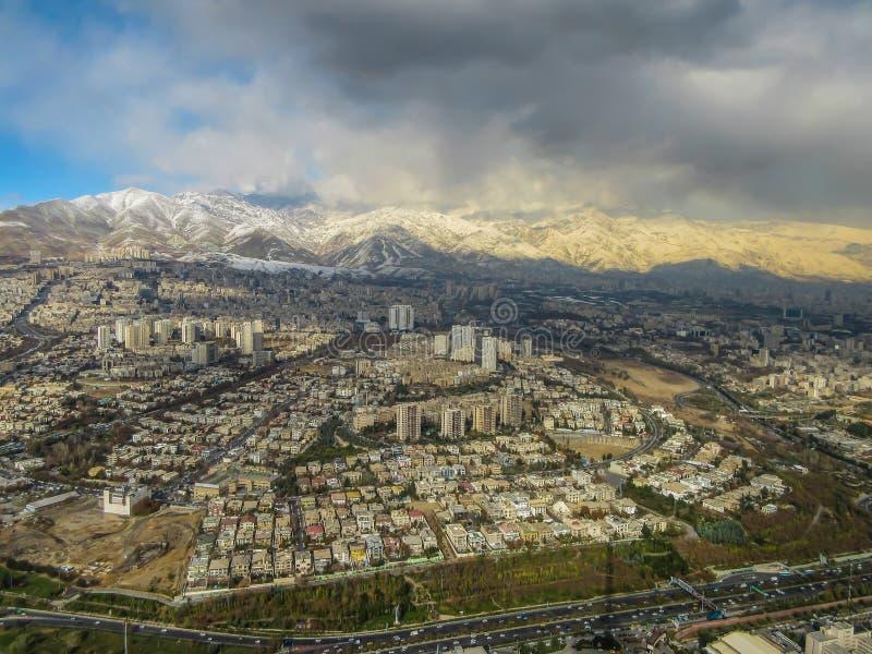 Orizzonte di Teheran visto da Milad Tower, anche conosciuto come la torre di Teheran, nell'Iran immagine stock