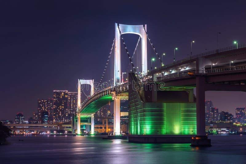 Orizzonte di Tokyo con il ponte dell'arcobaleno a Tokyo, Giappone immagini stock