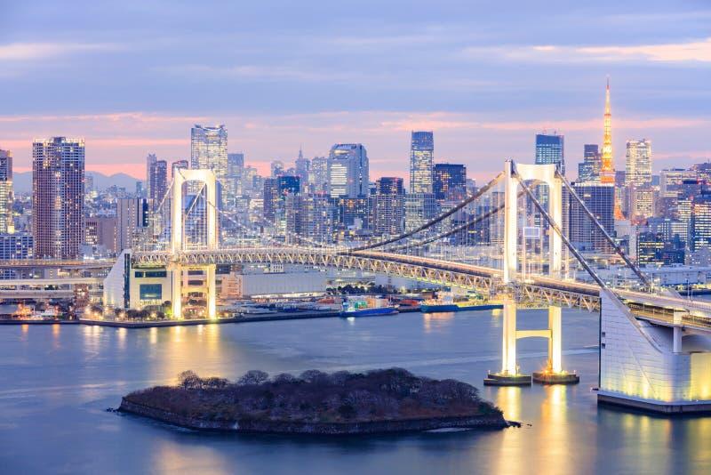 Orizzonte di Tokyo con la torre di Tokyo ed il ponte dell'arcobaleno fotografie stock