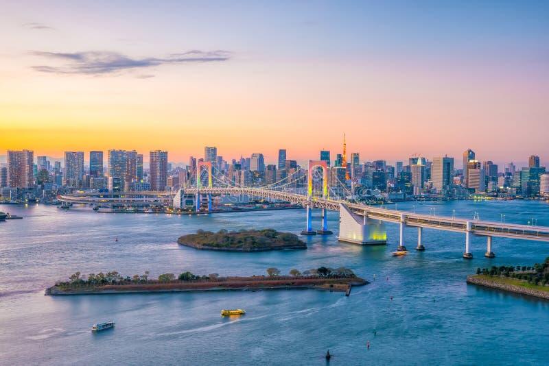 Orizzonte di Tokyo con la torre di Tokyo ed il ponte dell'arcobaleno fotografia stock
