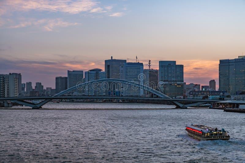 Orizzonte di Tokyo, ponte di Kachidoki e navigazione della nave nel fiume di Sumida sopra fotografie stock