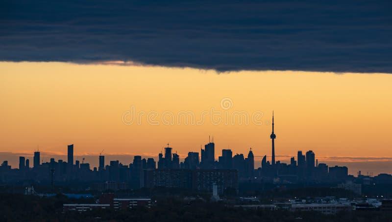 Orizzonte di Toronto ad alba fotografie stock libere da diritti