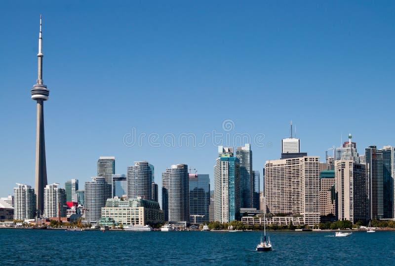 Orizzonte di Toronto con le barche fotografia stock