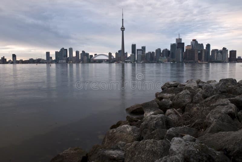 Orizzonte di Toronto con le rocce immagine stock