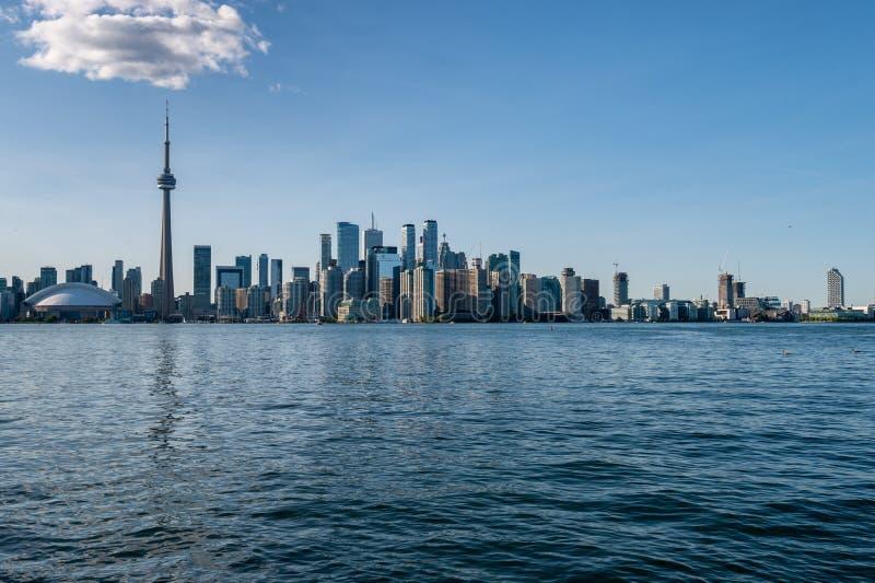 Orizzonte di Toronto di estate dalle isole di Toronto 2019 fotografia stock libera da diritti