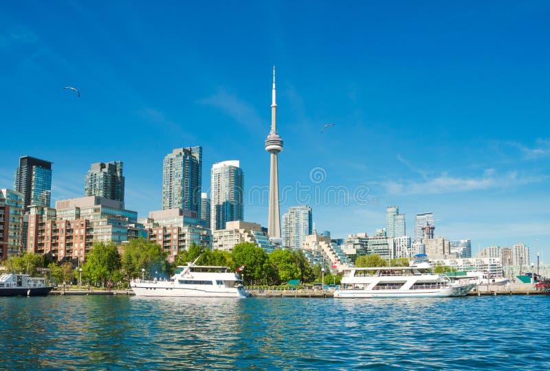 Orizzonte di Toronto sopra il lago Ontario, Canada immagini stock