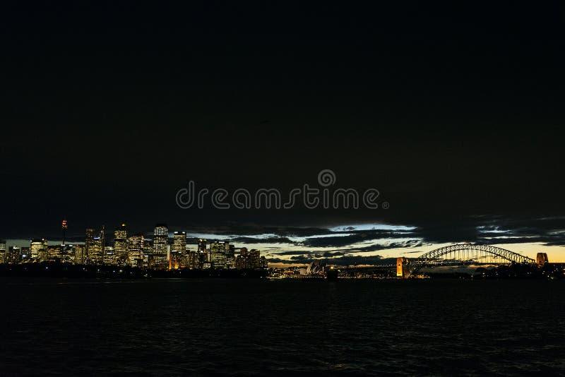 Orizzonte di tramonto del porto della città di Sydney in Australia fotografia stock libera da diritti