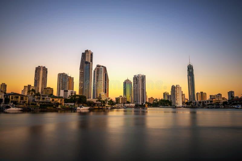 Orizzonte di tramonto della Gold Coast del centro nel Queensland, Australia fotografia stock
