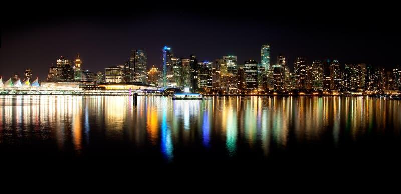 Orizzonte di Vancouver alla notte immagine stock