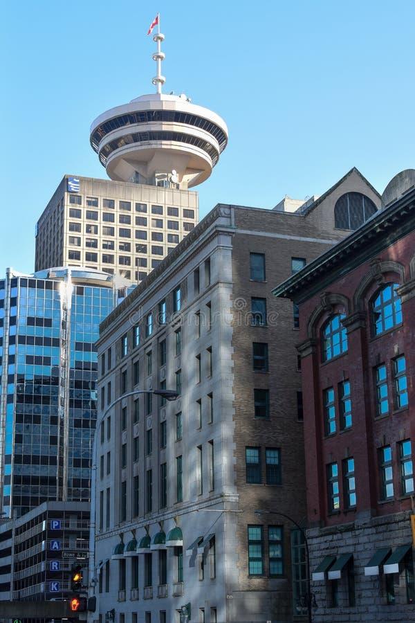 Orizzonte di Vancouver con la torre del centro del porto nel fondo immagine stock libera da diritti