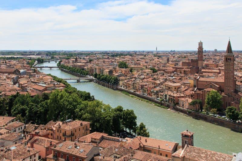Orizzonte di Verona con il fiume di Adige a mezzogiorno immagine stock libera da diritti