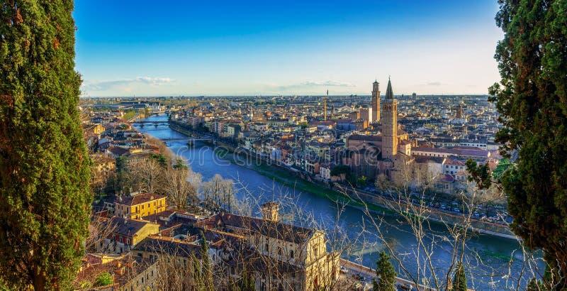 Orizzonte di Verona sopra il fiume di Adige, Italia immagini stock libere da diritti