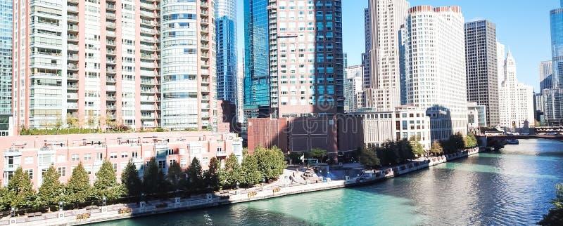 Orizzonte di vista superiore ed edifici per uffici panoramici lungo Chicago River fotografia stock libera da diritti