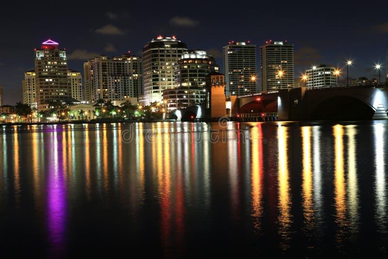 Orizzonte di West Palm Beach alla notte fotografia stock