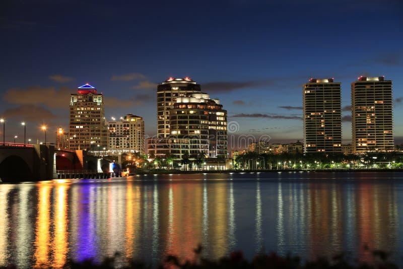 Orizzonte di West Palm Beach alla notte fotografia stock libera da diritti