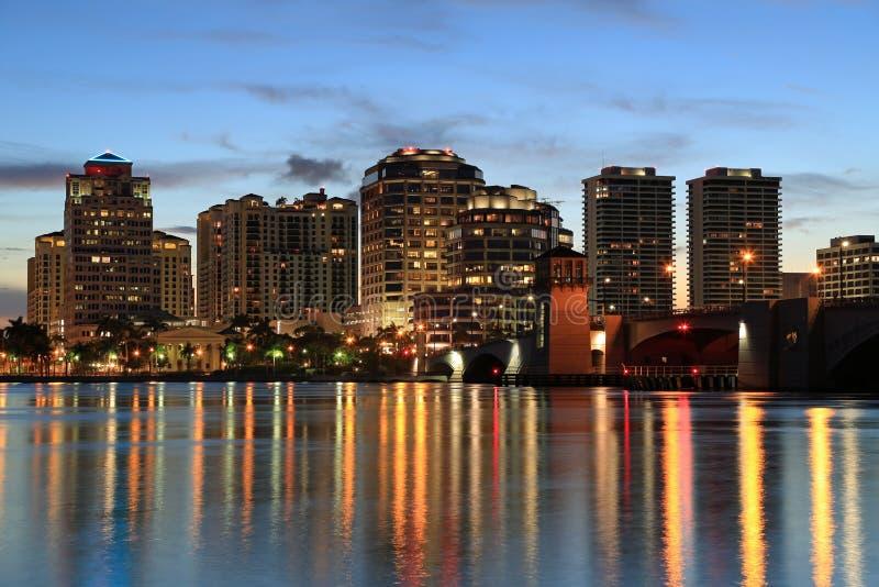 Orizzonte di West Palm Beach alla notte fotografie stock libere da diritti