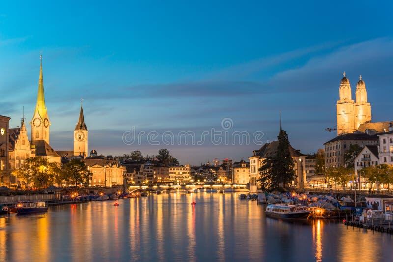 Orizzonte di Zurigo ed il fiume Limmat nella sera immagini stock