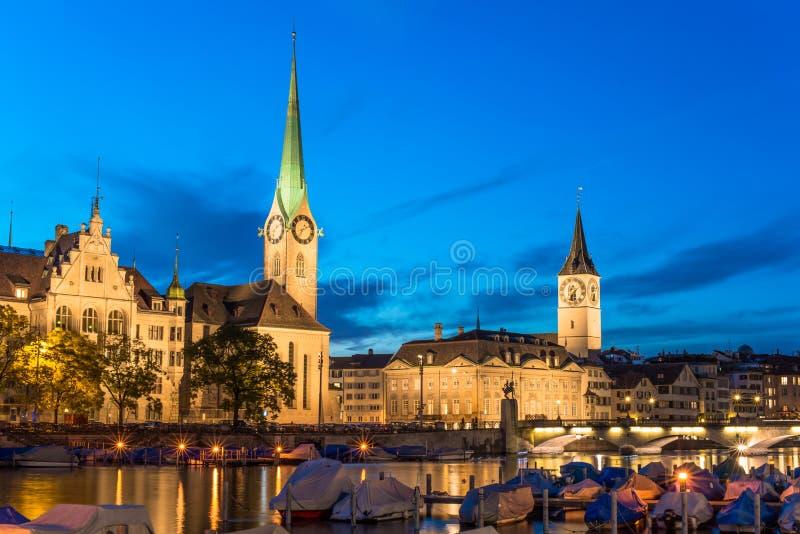 Orizzonte di Zurigo ed il fiume Limmat nella sera immagine stock libera da diritti