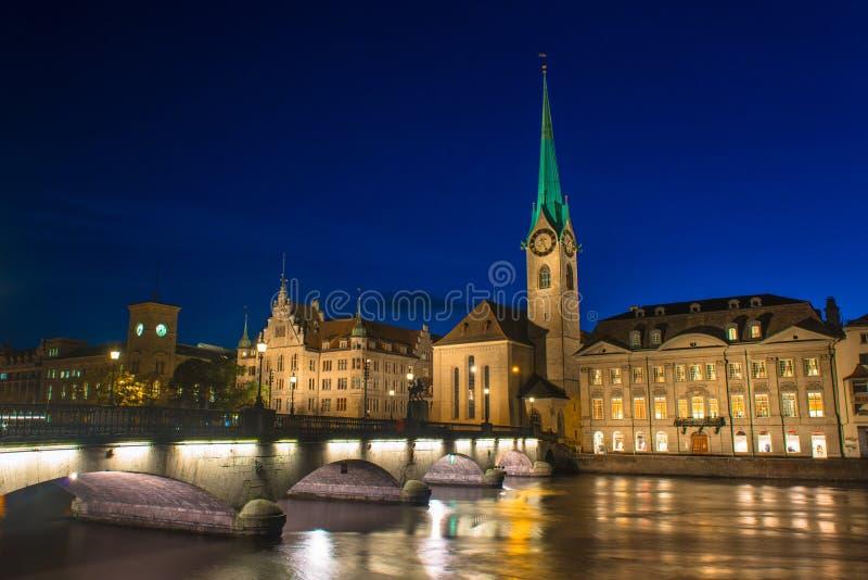 Orizzonte di Zurigo ed il fiume Limmat nella sera fotografia stock libera da diritti