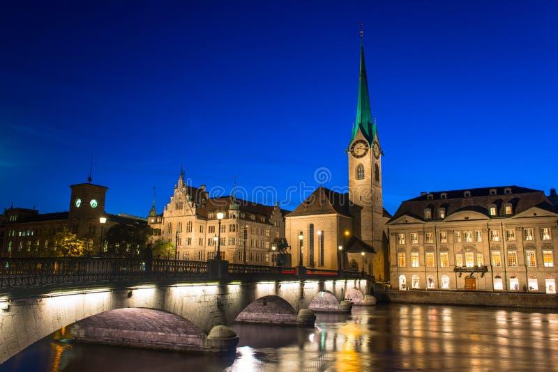Orizzonte di Zurigo ed il fiume Limmat nella sera fotografia stock