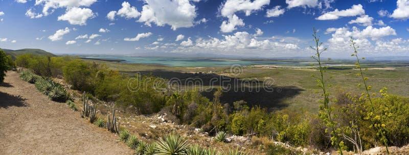 Orizzonte distante della base militare degli Stati Uniti dell'ampio paesaggio panoramico di Guantanamo Bay Cuba immagini stock libere da diritti