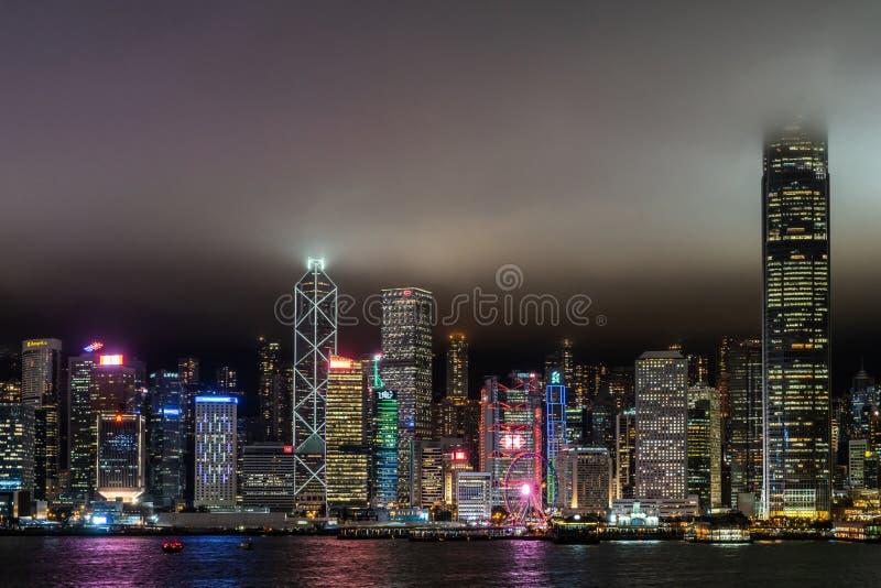 Orizzonte durante la notte piovosa, Cina di Hong Kong Island fotografie stock libere da diritti