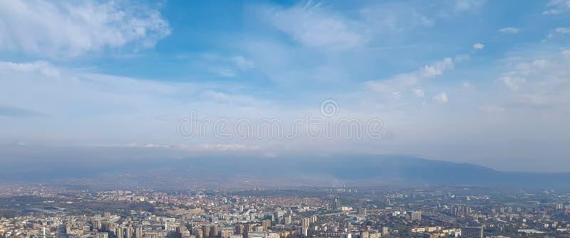 Orizzonte e costruzioni panoramici con cielo blu e le nuvole bianche immagini stock libere da diritti