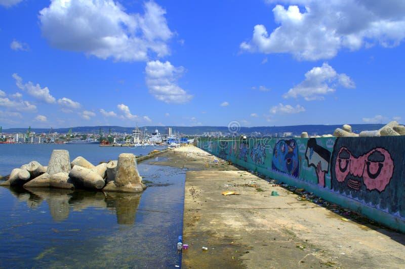 Orizzonte e frangiflutti della città di Varna immagini stock libere da diritti