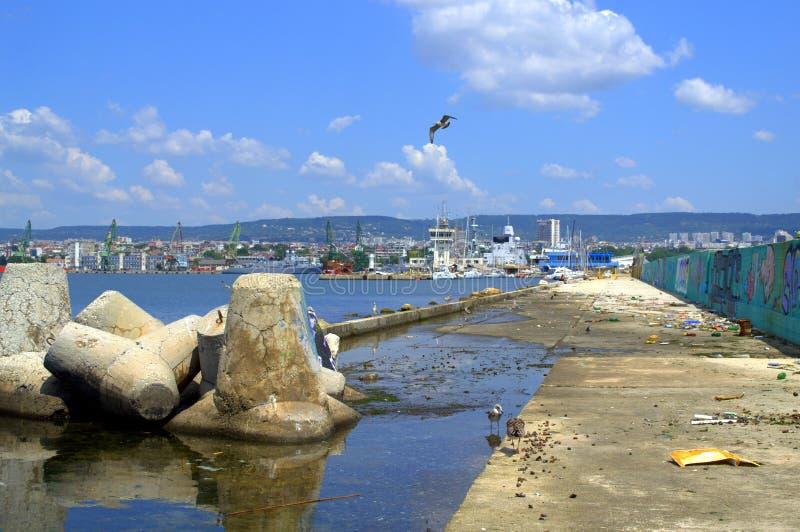 Orizzonte e frangiflutti della città di Varna fotografia stock