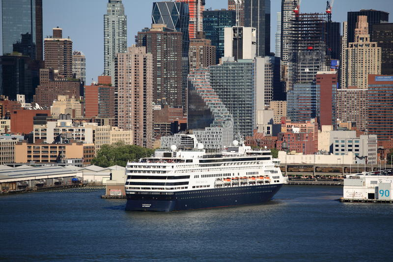 Orizzonte e nave da crociera di New York City immagini stock libere da diritti