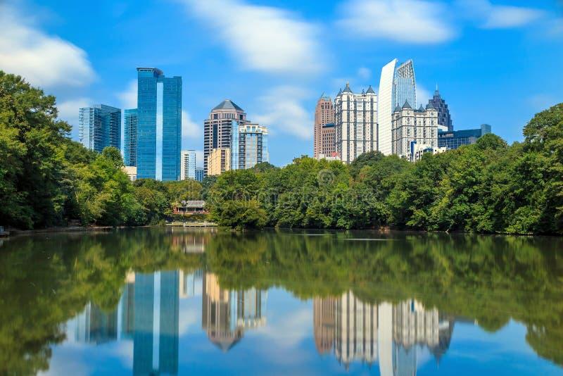 Orizzonte e riflessioni del Midtown Atlanta, Georgia immagini stock libere da diritti