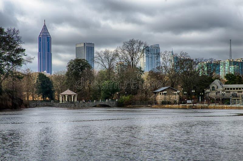 Orizzonte e riflessioni del Midtown Atlanta, Georgia in lago Meer fotografia stock