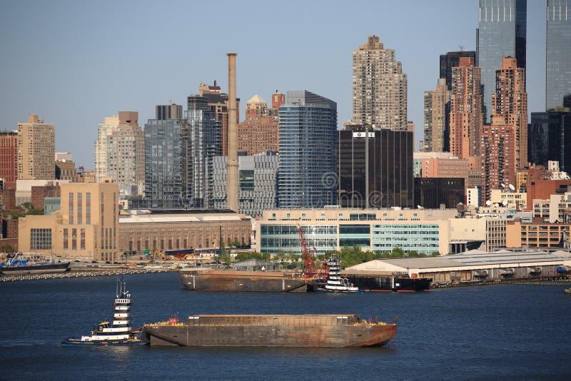 Orizzonte e rimorchiatore di New York City immagine stock libera da diritti